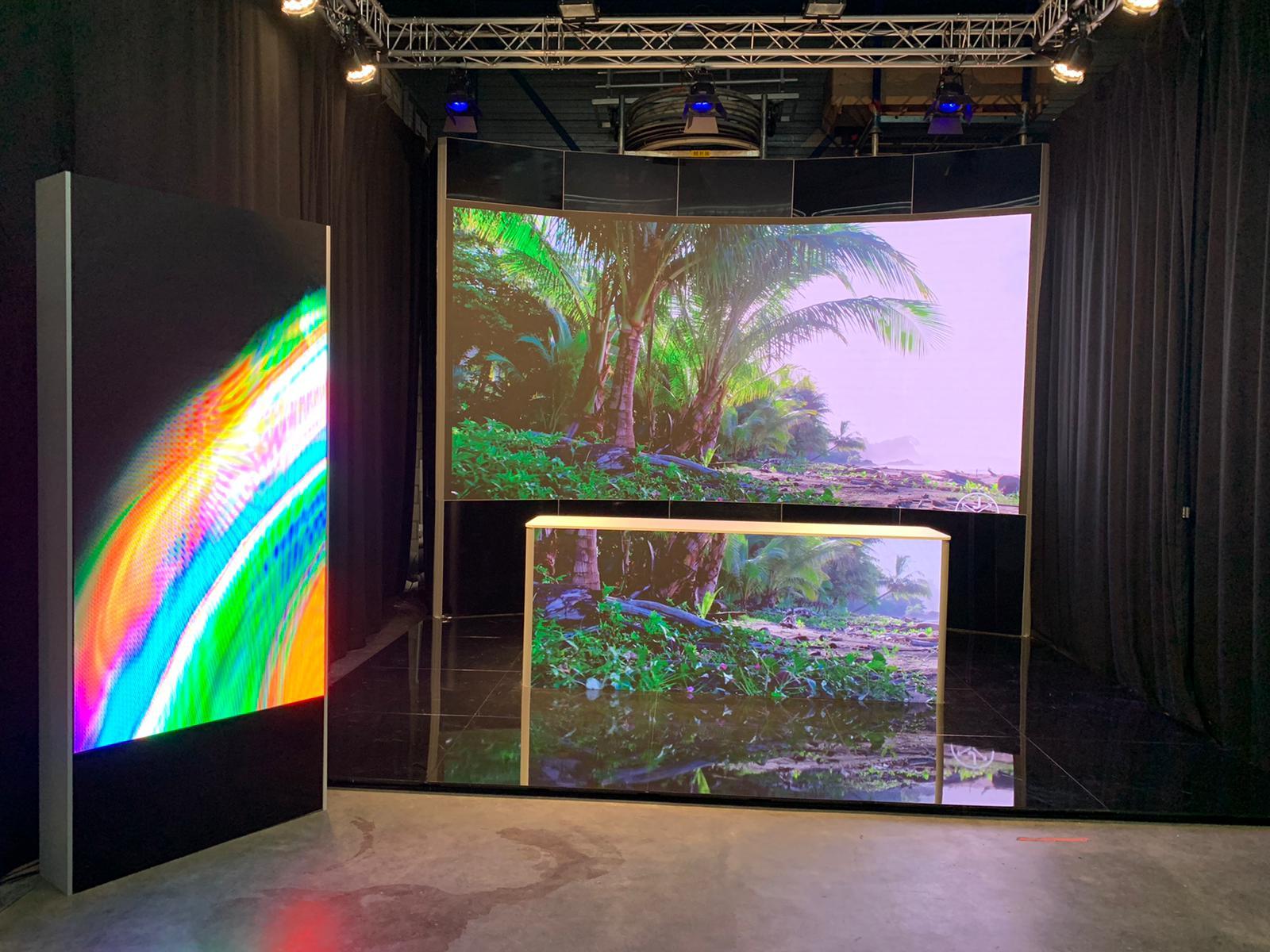 Studio met LED wand voor een meer natuurlijke omgeving voor sprekers